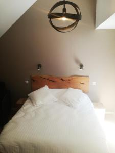 A bed or beds in a room at Logis Auberge de Pont Calleck