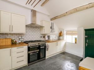 A kitchen or kitchenette at Knolls Farm Cottage