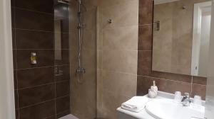 A bathroom at Hotel Teruel Plaza