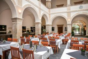 Ein Restaurant oder anderes Speiselokal in der Unterkunft JUFA Hotel Schloss Röthelstein
