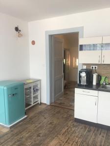 A kitchen or kitchenette at apartmán s výhledem na hrad Loket