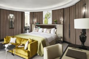 A bed or beds in a room at Sofitel Frankfurt Opera