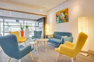 A seating area at Novotel Poissy Orgeval