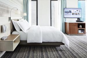 Кровать или кровати в номере Park Terrace Hotel on Bryant Park
