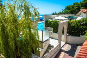 Θέα της πισίνας από το Mouikis Sun Village ή από εκεί κοντά