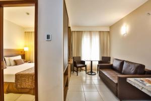 A seating area at Quality Suites São Salvador - Auditado e certificado pela Bureau Veritas