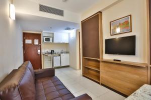 A television and/or entertainment centre at Quality Suites São Salvador - Auditado e certificado pela Bureau Veritas