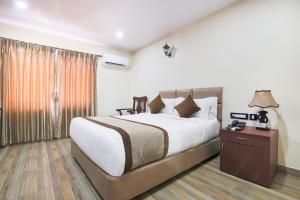A bed or beds in a room at Hotel Holiday Home