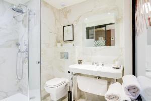 A bathroom at Mom'Art Hotel