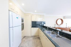A kitchen or kitchenette at Whitesands Penthouse 1