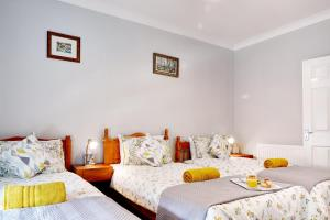 A bed or beds in a room at Graceful Home Away Sittingbourne