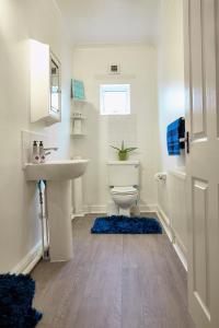 A bathroom at Graceful Home Away Sittingbourne
