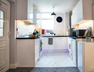 A kitchen or kitchenette at Graceful Home Away Sittingbourne