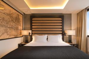 A bed or beds in a room at H10 Tribeca