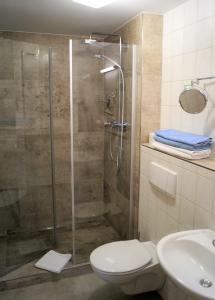 """Ein Badezimmer in der Unterkunft Wirtshaus & Pension """"Zum Hammer"""""""