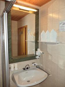 Um banheiro em Alpenhof Schwaiger
