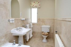 A bathroom at Plumber Manor Hotel
