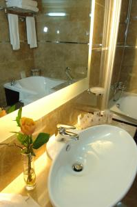 A bathroom at Regency Palace Hotel