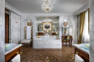 A bathroom at Hotel Danieli, a Luxury Collection Hotel