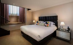 A bed or beds in a room at Cheval Phoenix House at Sloane Square
