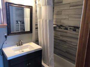 A bathroom at Rainbow Lodge and Inn