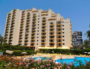 The swimming pool at or near Apartamentos Turisticos Perola da Rocha