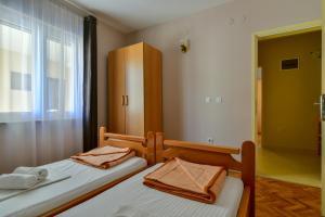 Кровать или кровати в номере Apartments Srzentic