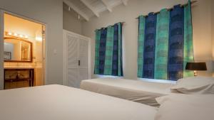 Een bed of bedden in een kamer bij Caribbean Club Bonaire