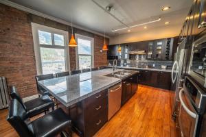 A kitchen or kitchenette at Adventure Hotel