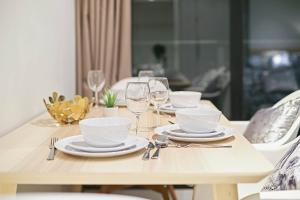 A restaurant or other place to eat at A Cozy 2BR Apt Near Bourke St Mall & Chinatown
