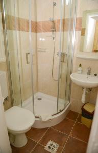 A bathroom at Thermal Panzió Igal