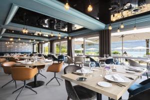 Un restaurante o sitio para comer en Black Bass Hotel