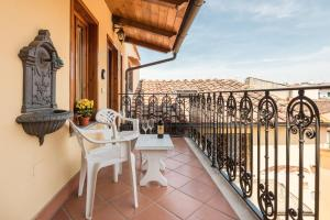 A balcony or terrace at Villa Il Mosaico