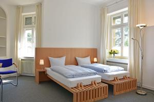 A bed or beds in a room at Robert-Schuman-Haus