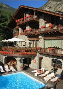 Piscina di Relais Mont Blanc Hotel & SPA - Small Luxury Hotels of the World o nelle vicinanze