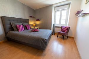 A bed or beds in a room at Le Félix Grat