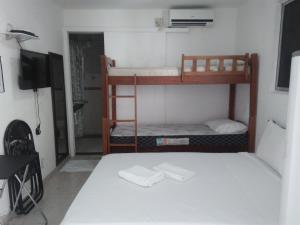 Uma ou mais camas em beliche em um quarto em Pousada Temporada Maceió