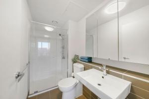 A bathroom at A Cozy Apt Next to Southern Cross with a View
