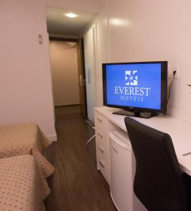 A television and/or entertainment centre at Everest Porto Alegre Hotel