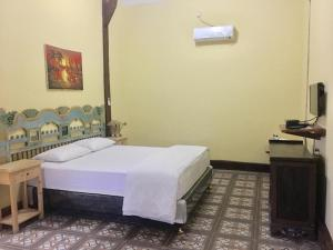A bed or beds in a room at Cocohuts Hotel