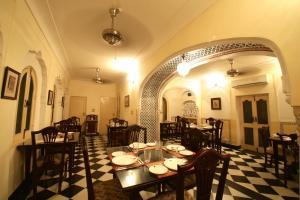 A restaurant or other place to eat at Khatu Haveli