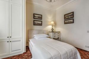 A bed or beds in a room at BOUTIQUE HOTEL AMBASSADORI MOSCOW