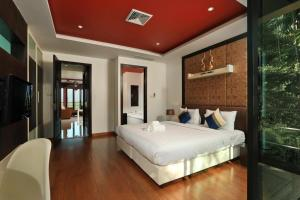A bed or beds in a room at Kamala Villa Hill