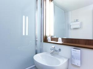 A bathroom at Campanile Montpellier Est Le Millénaire