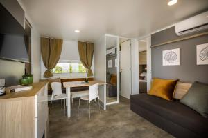 A seating area at Amber Sea Luxury Village Mobile Homes