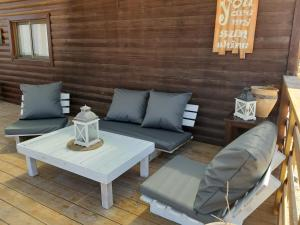 A seating area at The Cliff Cabin at Metzoke Dragot