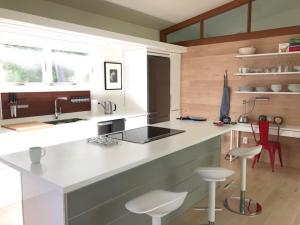 A kitchen or kitchenette at Woodstock Way Hotel