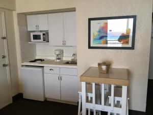 A kitchen or kitchenette at Daytona Beach Hawaiian Inn