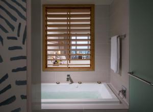 Un baño de Eden Roc Miami Beach