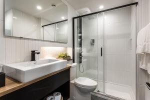 A bathroom at Pierce Boutique Apartments by Simplissimmo